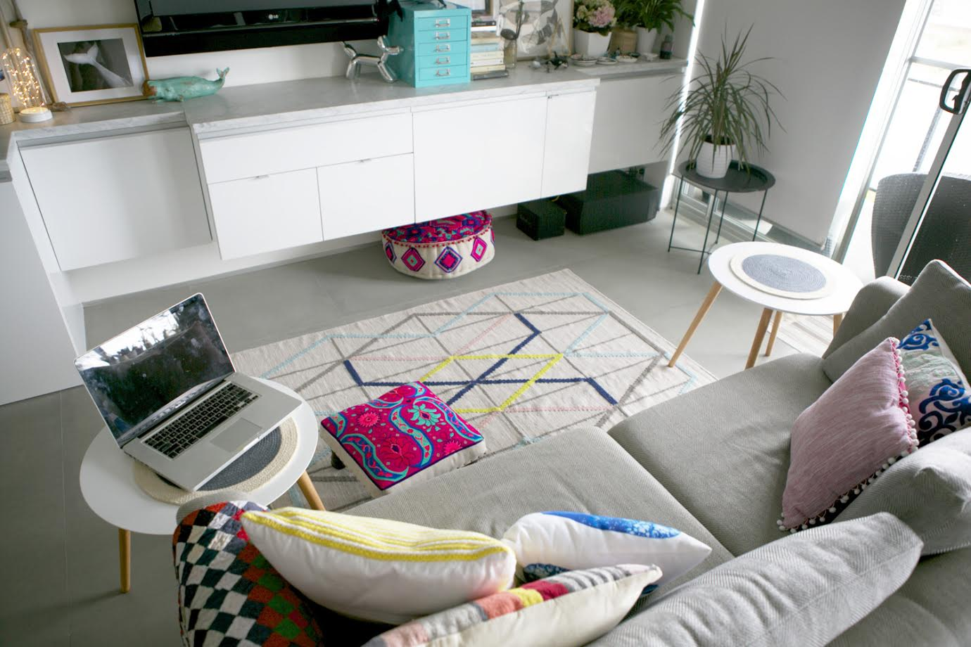 Living Room / A Creative Home..with Artist Michelle Fleur in Perth, Australia // Surelysimple.com